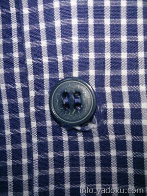 修復前のシャツのボタン部分