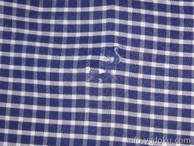 補修布で修理後のシャツの穴の後