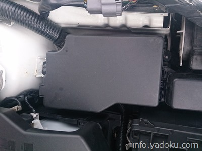 エンジンルーム内にあるヒューズボックス、ここにヒューズクリップがある